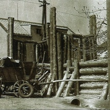 Barikáda před sokolovnou v roce 1945